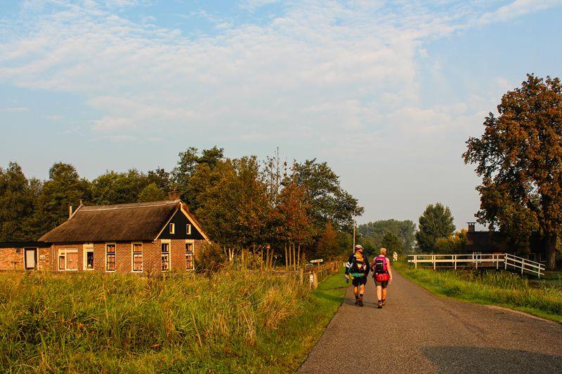 Wandelaars naast vervenershuisje