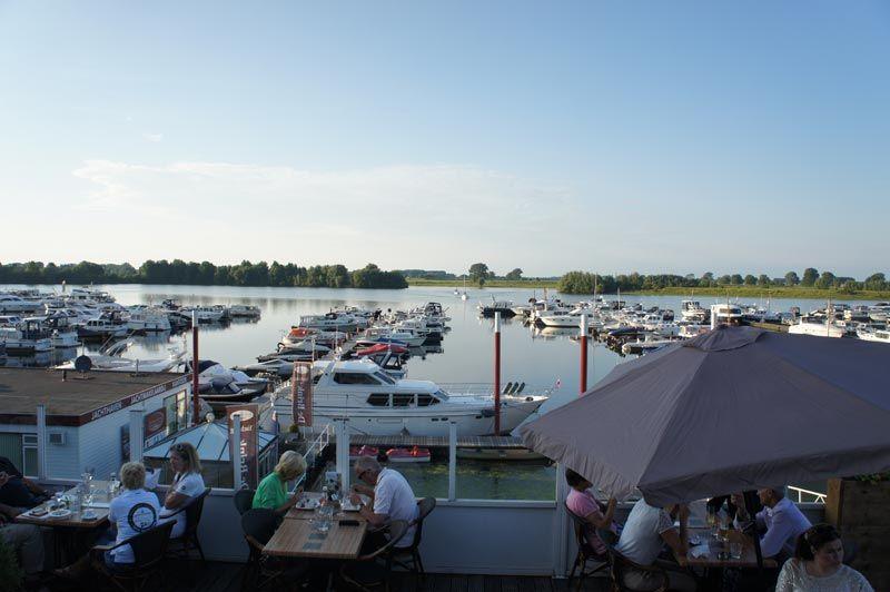 Uitzicht over de wateren van Maasdriel bij Restaurant Dukdalf
