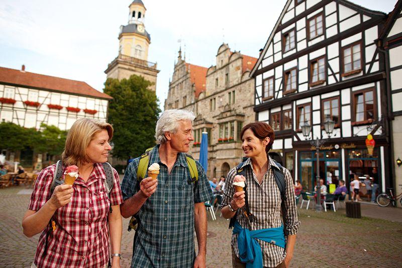 Wandelaars in het historische stadje Rinteln