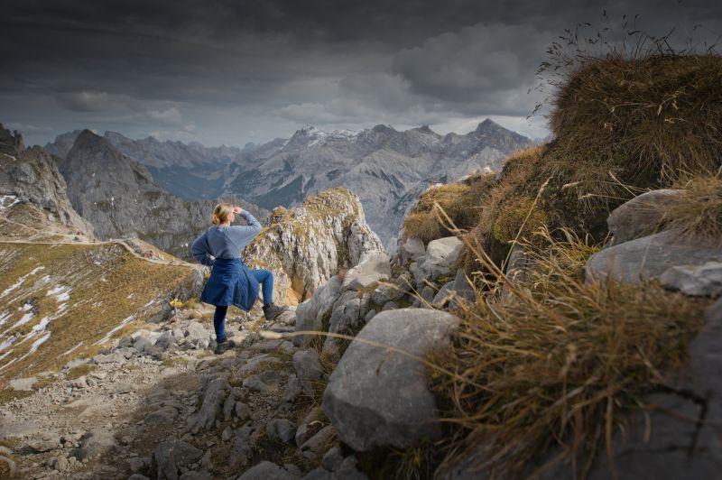 Alpenwelt Karwendel - Frau auf am Berg_4762